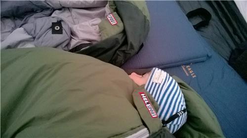 Sovepose fra Helsport med sovende dreng
